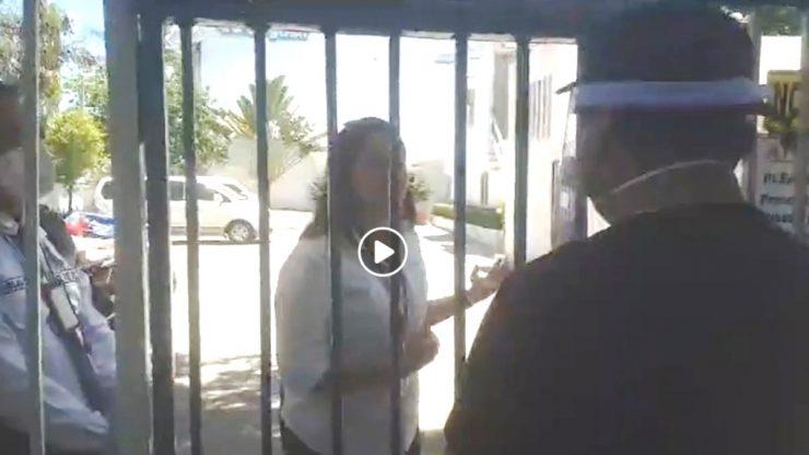 ゲート奥の女性