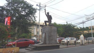 メンディオラ・ピース・アーチの前の銅像