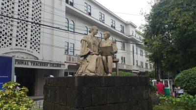 ナショナル・ティーチャーズ大学の銅像