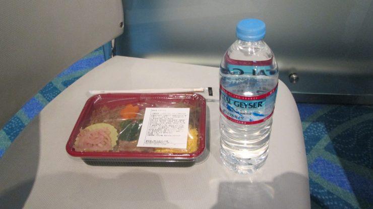 待機中のお弁当と水