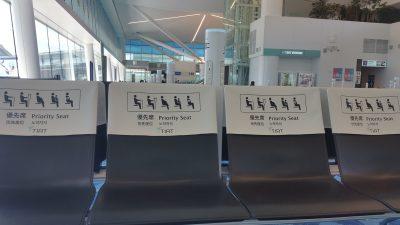 待機場所の椅子と充電ポスト