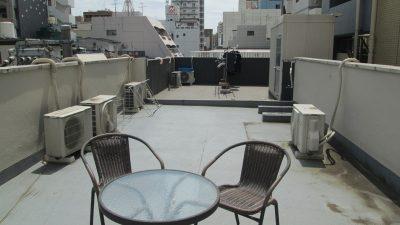 屋上のテーブルとイス