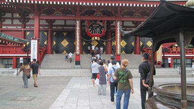 浅草寺に参拝する人