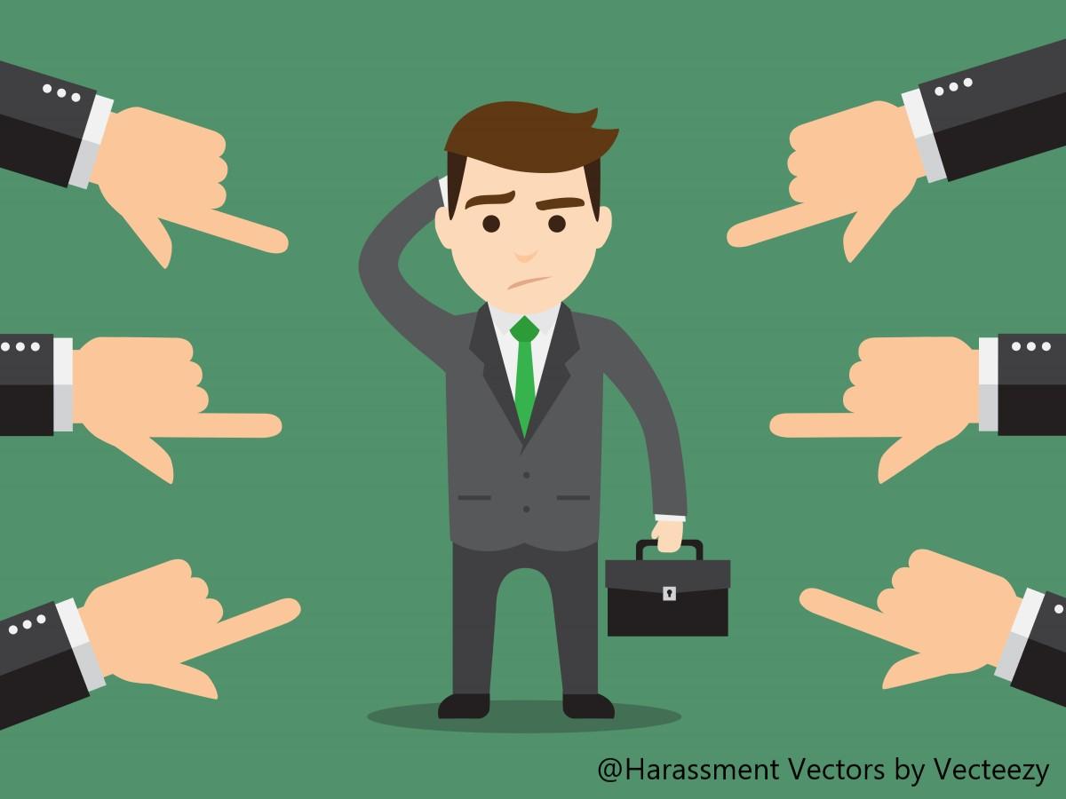 指をさされるビジネスマン
