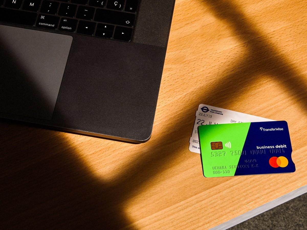 デビットカードとラップトップ