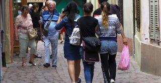 路地裏を歩く観光客