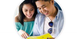 旅行の計画を立てるカップル