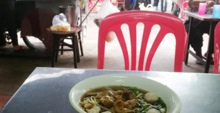 ローカル食堂の麺