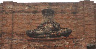 ワット・ラーチャブラナの首なし仏像